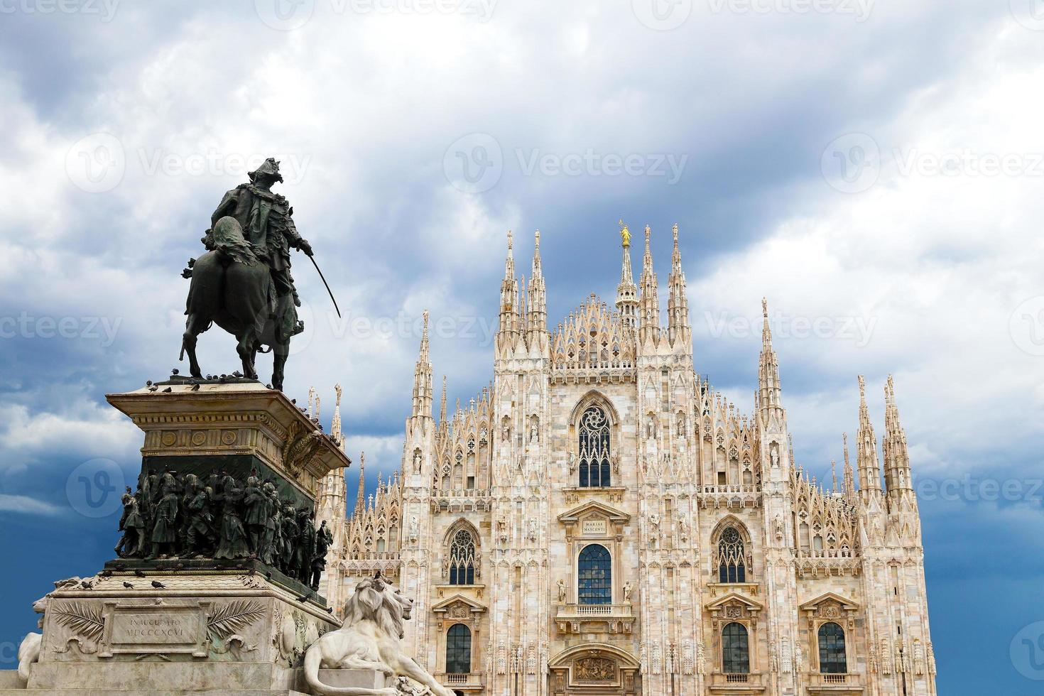 Dôme de la cathédrale de Milan avec statue de Vittorio Emanuele II photo