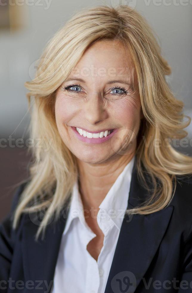 femme d'affaires au bureau à domicile photo