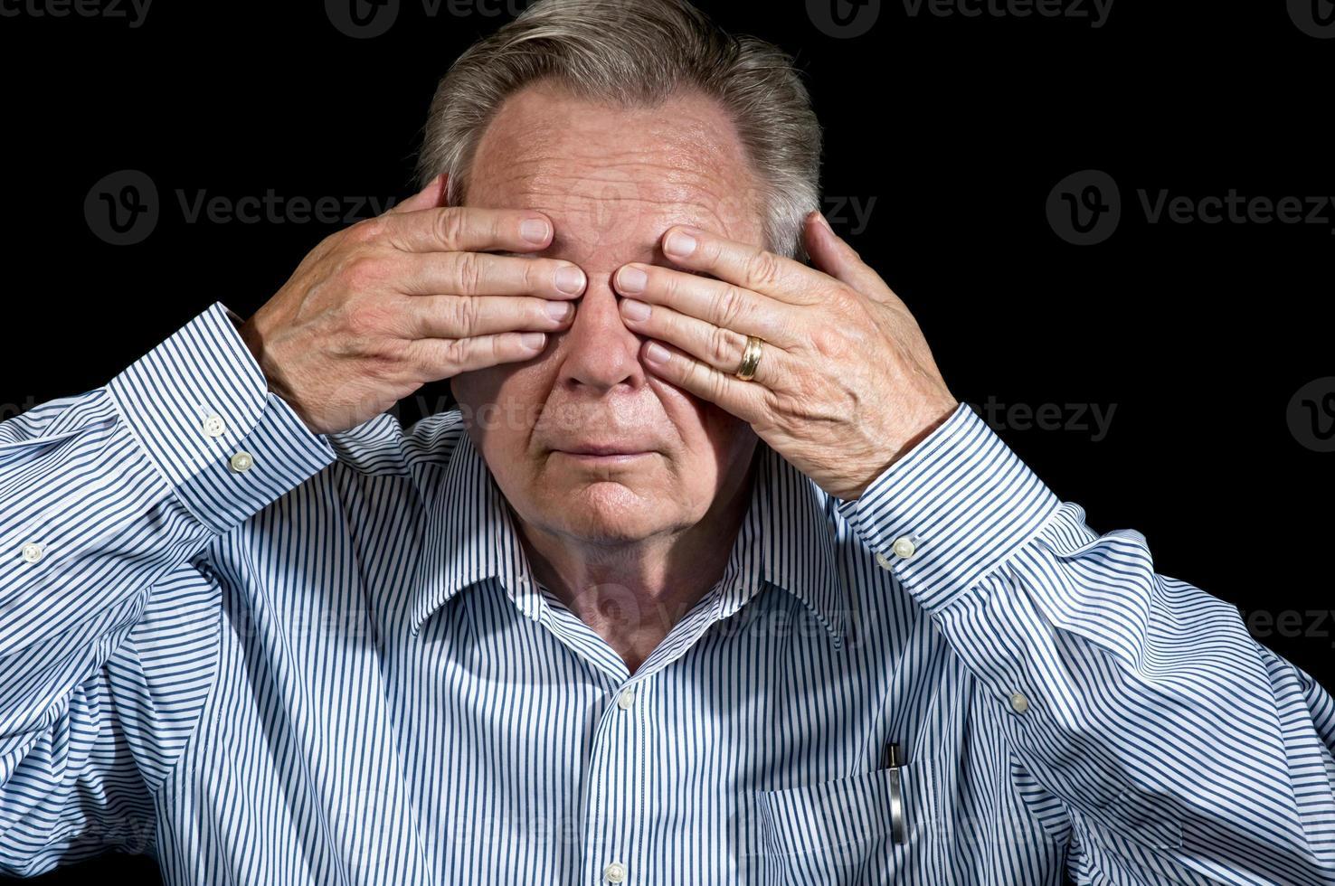 homme d'affaires avec les mains sur les yeux gesticulant ne voir aucun mal photo
