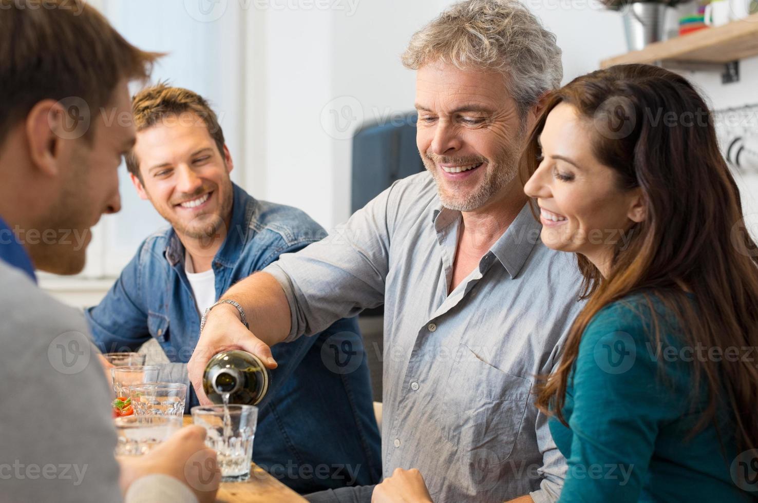 amis, boire du vin blanc photo