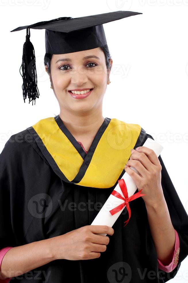 heureux jeune étudiante détenant un diplôme photo