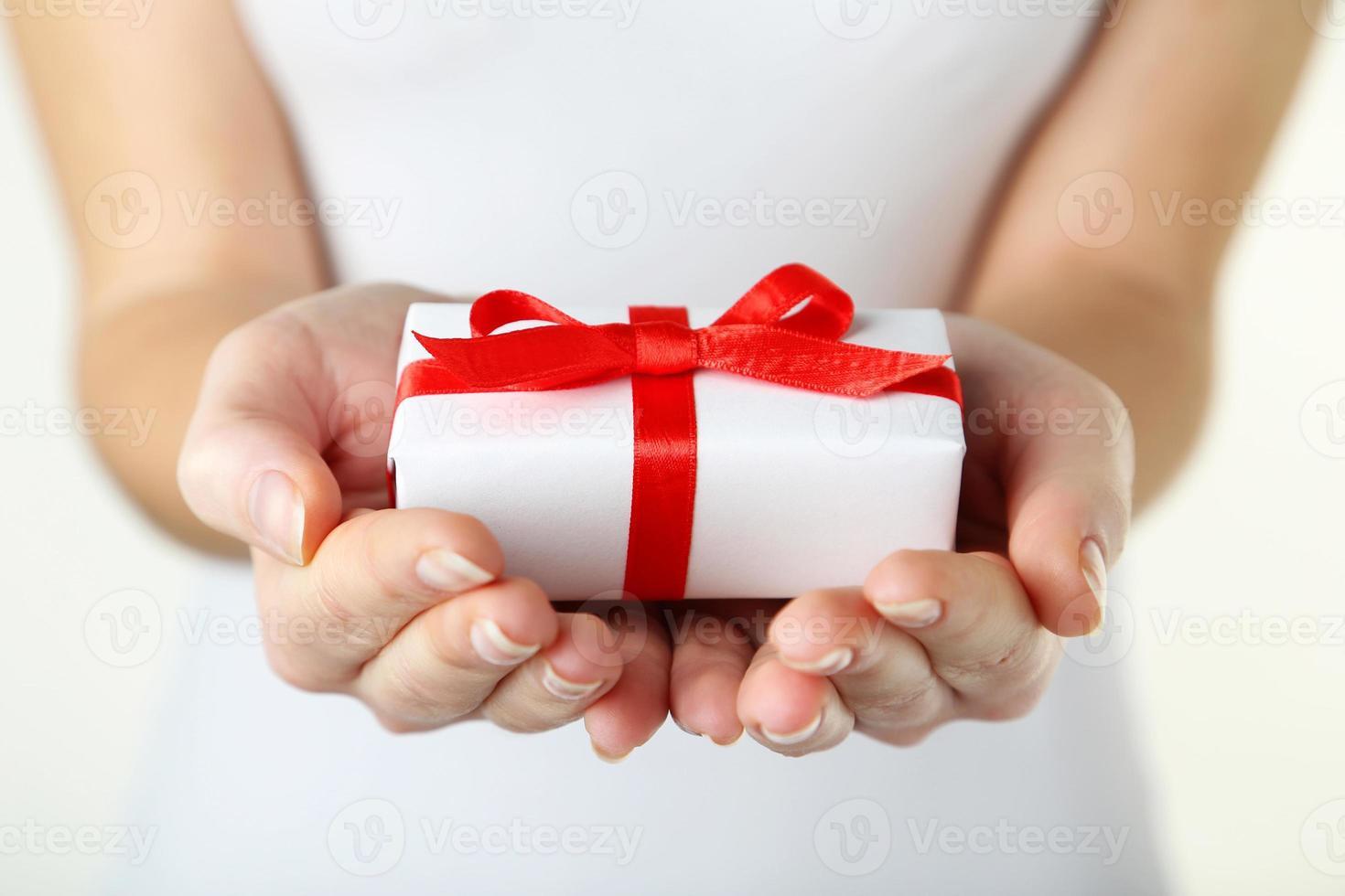 mains féminines tenant la boîte-cadeau photo