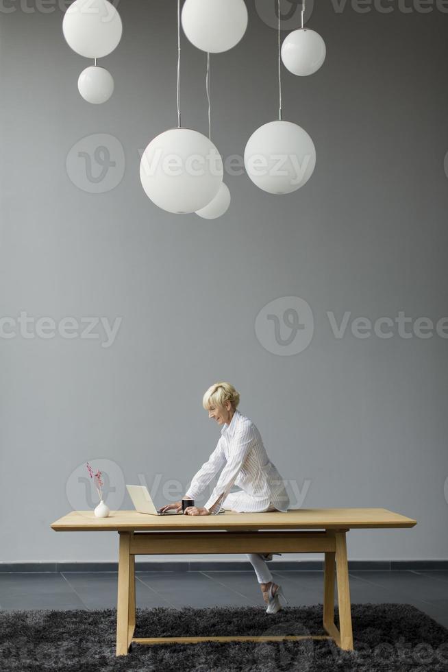 femme travaillant au bureau photo