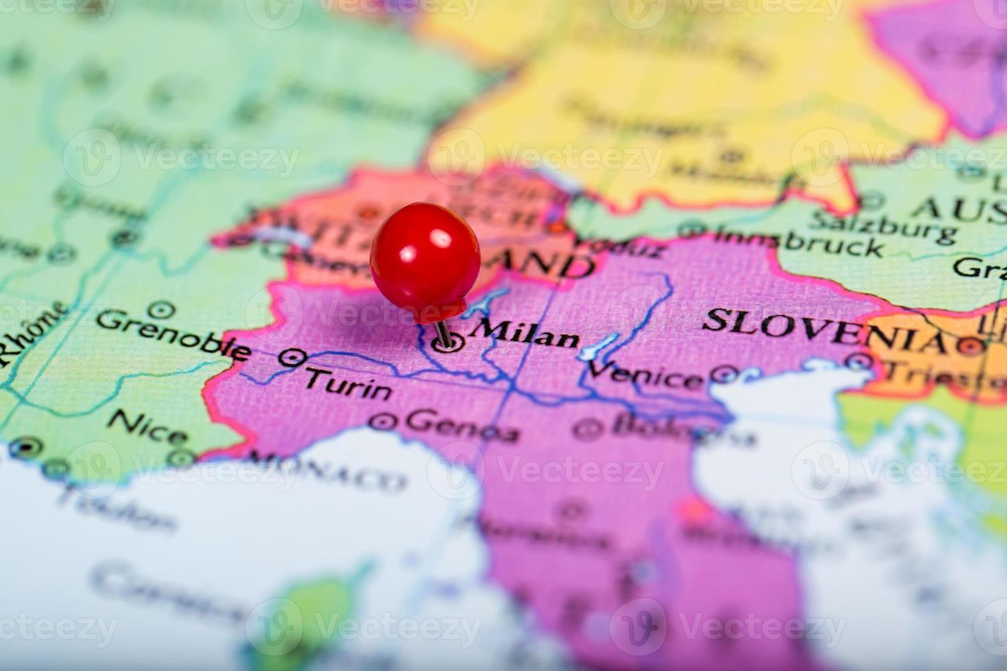 punaise rouge sur la carte de l'Italie photo