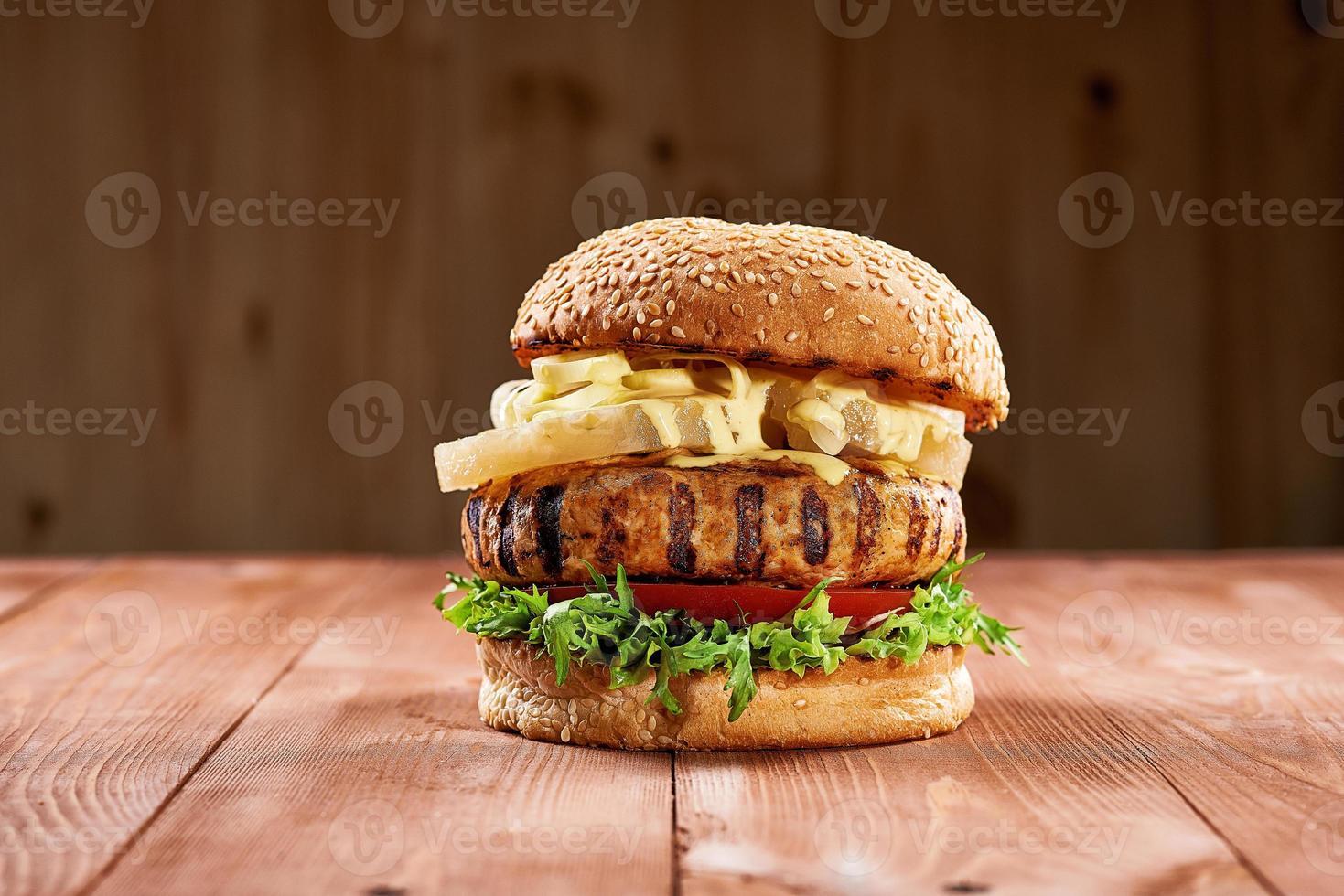 délicieux burger au poulet avec des tranches d'ananas photo