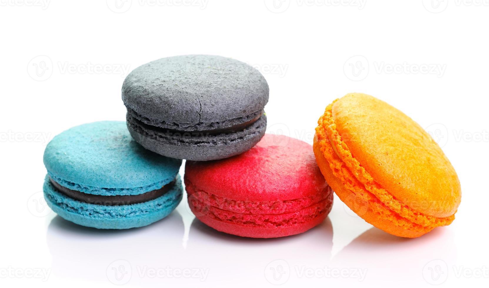 macarons colorés isolés sur fond blanc photo