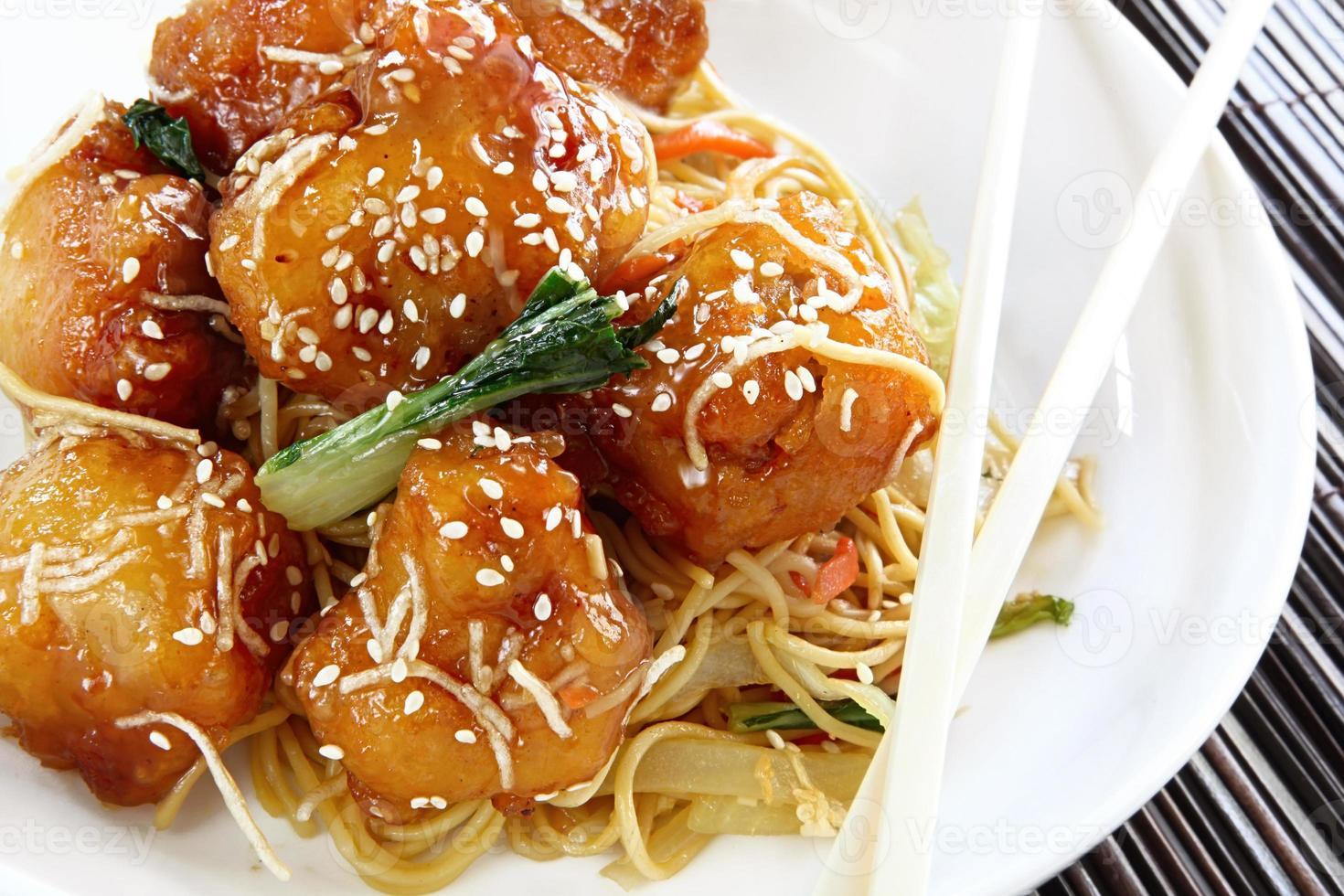 poulet asiatique au sésame avec nouilles photo