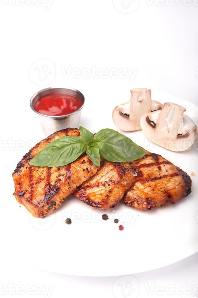 viande de poulet grillée avec légumes photo