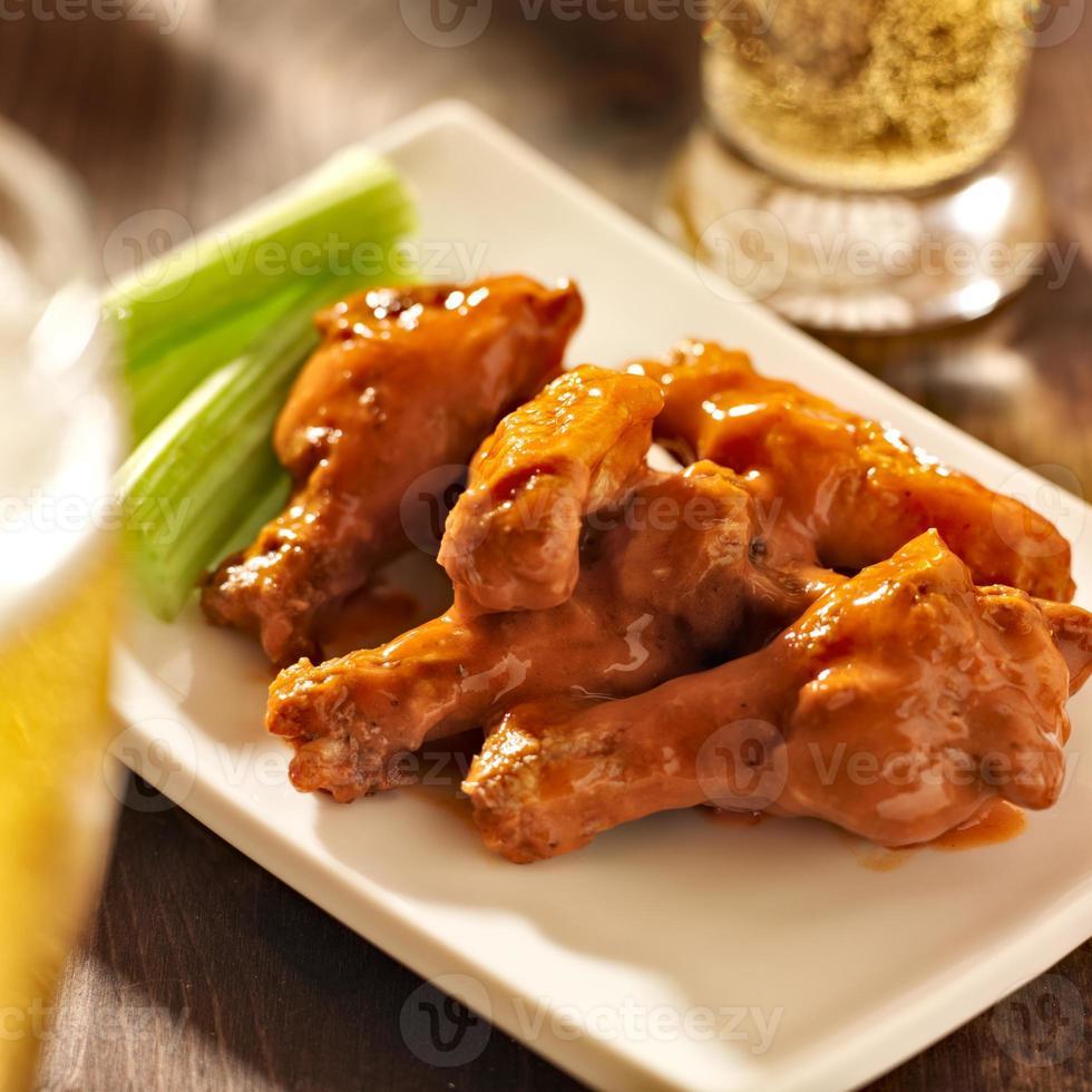 ailes de poulet buffalo avec de la bière photo