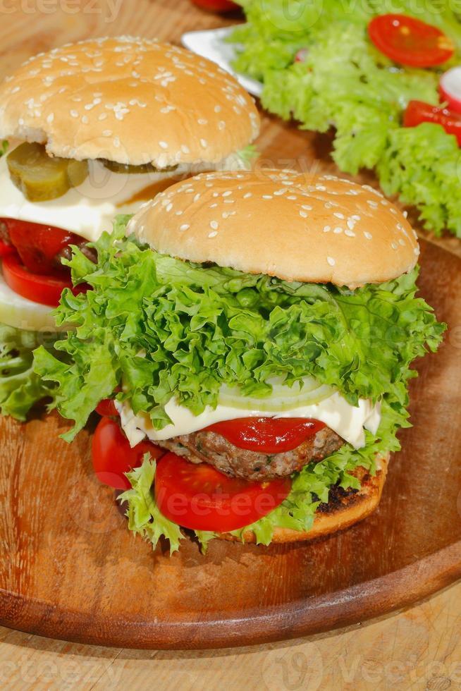 hamburgers, restauration rapide, hamburger, steak haché, laitue, tomate, fromage, concombre photo