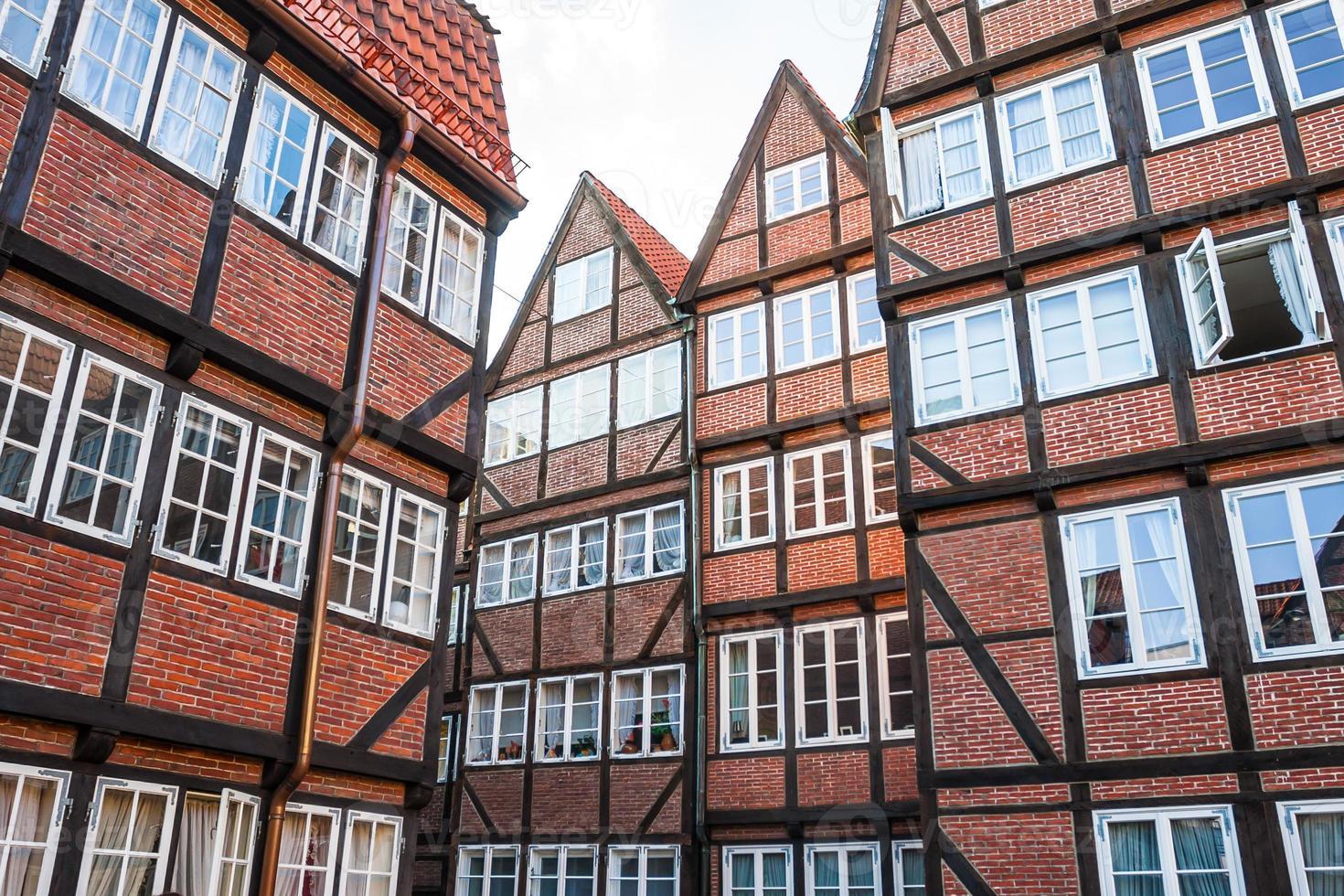 Maisons rouges bordées de briques dans le centre historique de Hambourg photo