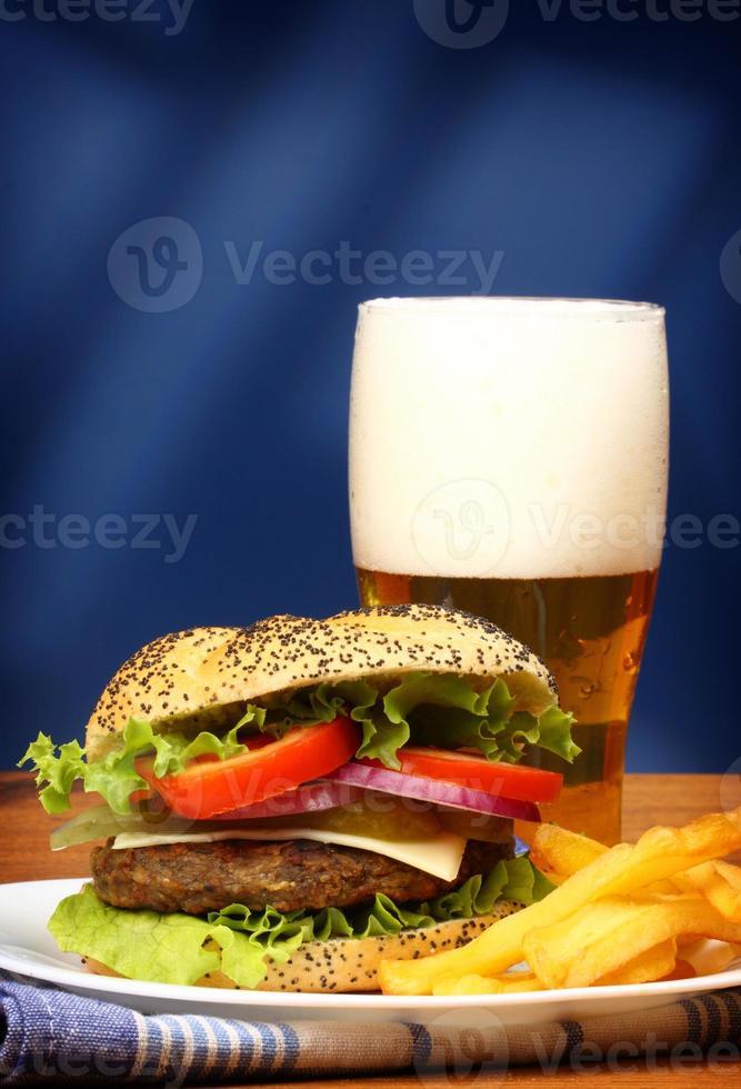 burger, frites et bière photo