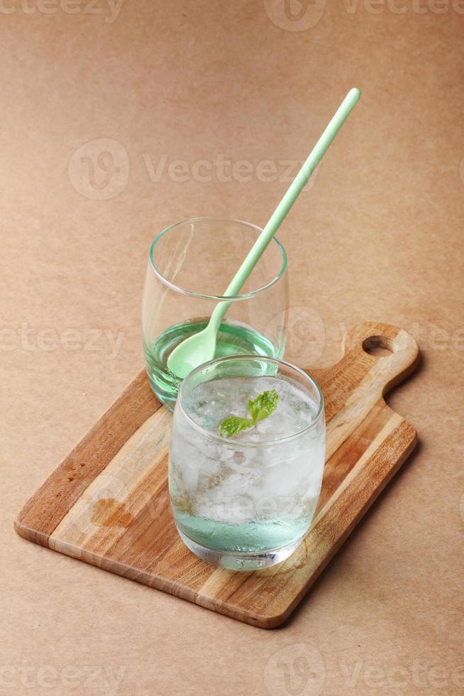 boisson gazeuse froide à base de sirop de pomme et de menthe photo