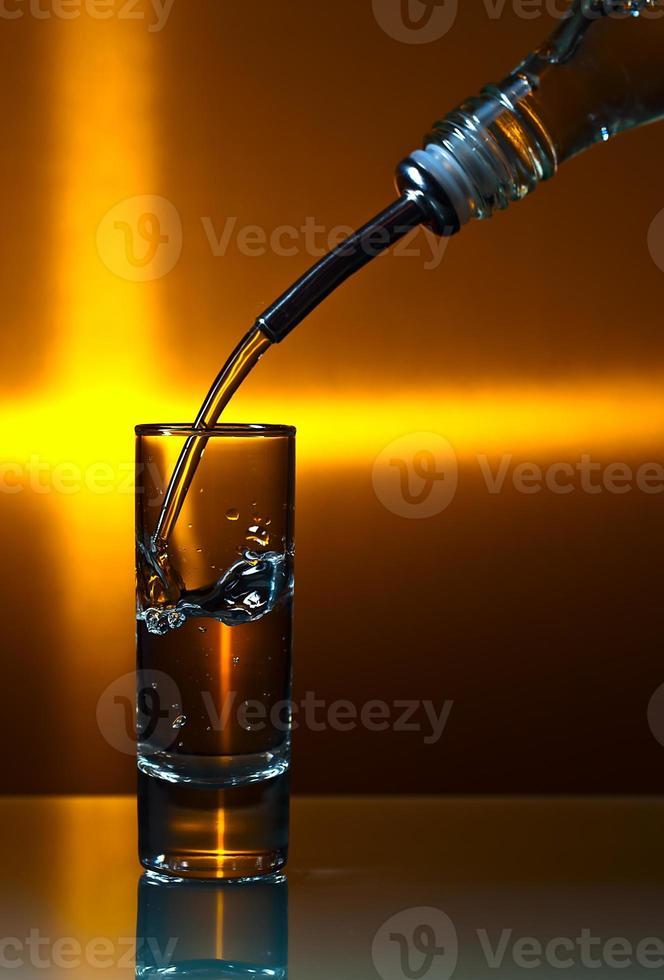vodka sur table en verre photo
