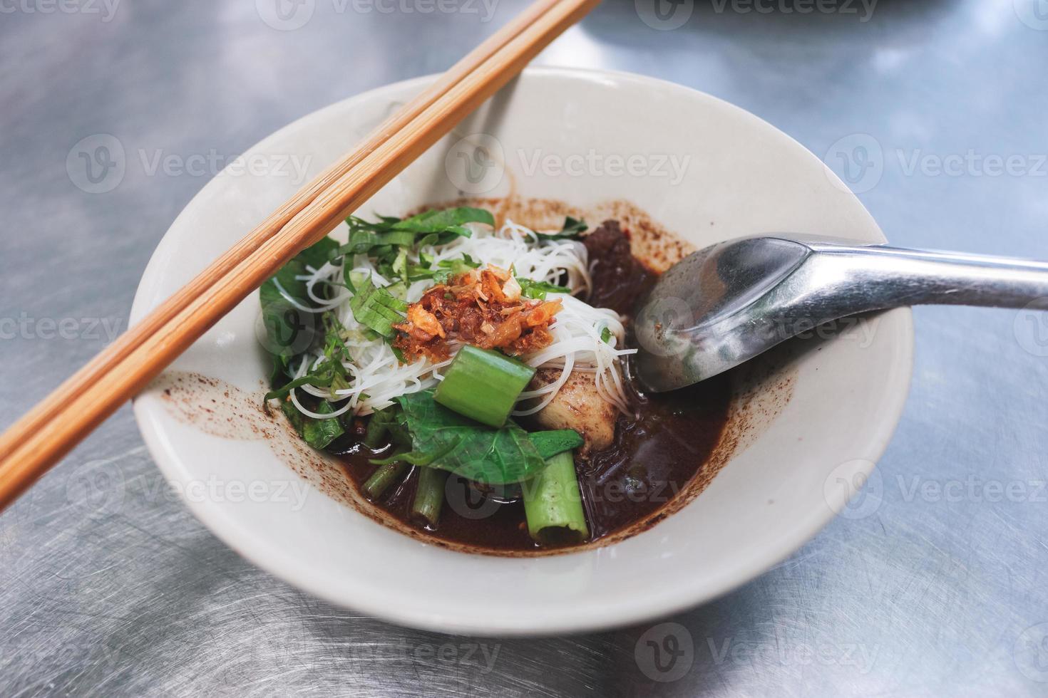 petit bol local de nouilles thaïlandaises. photo