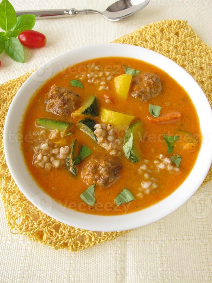 soupe aux légumes avec boulettes de viande et sarrasin photo