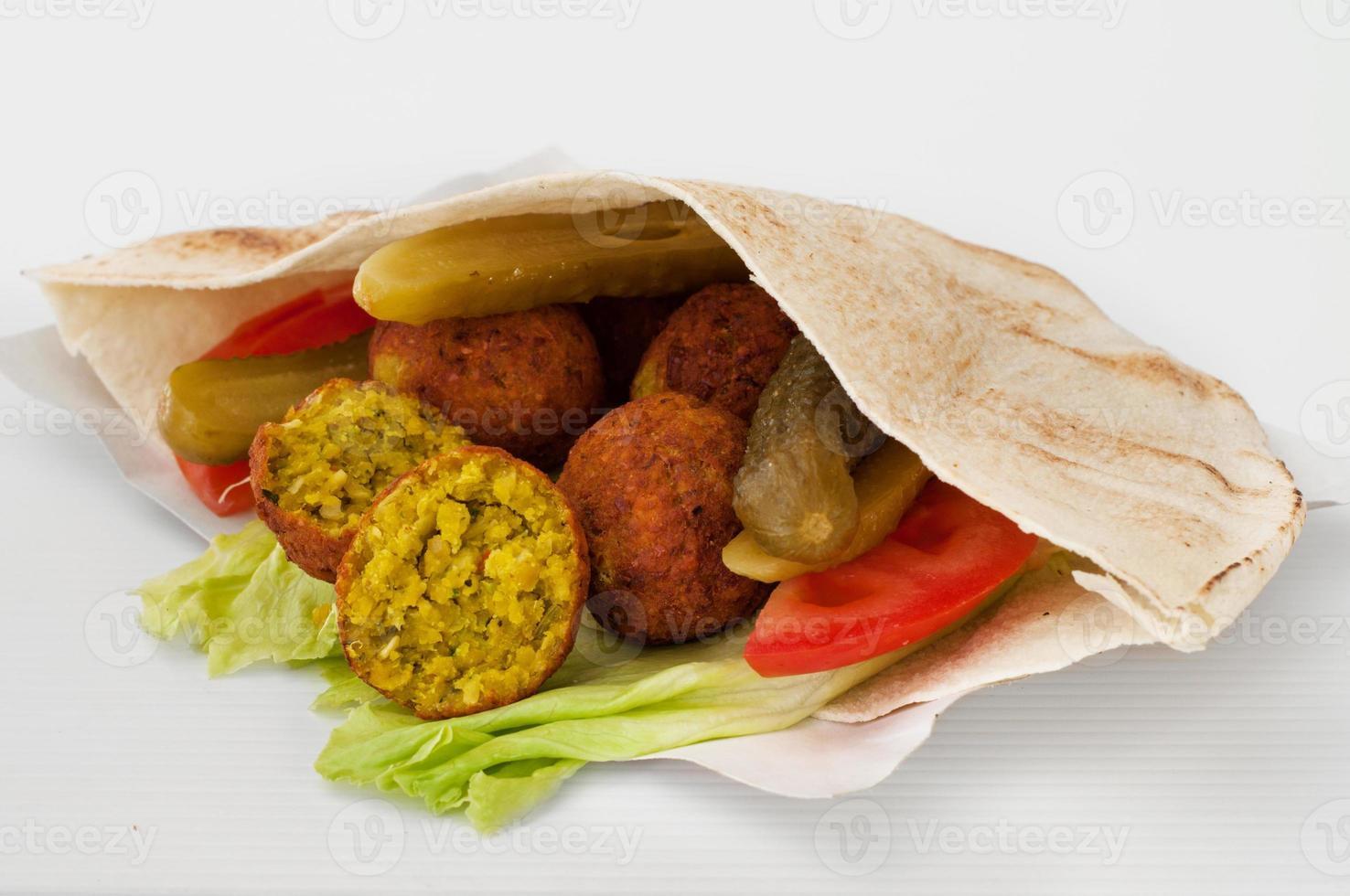 falafel aux légumes dans du pain pita photo