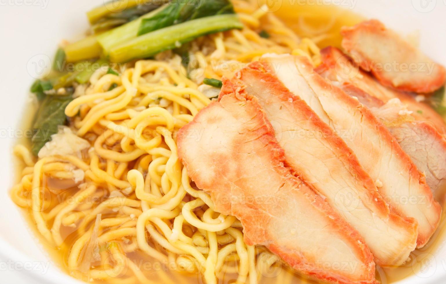 nouilles aux oeufs chinois avec du porc rouge dans la soupe photo