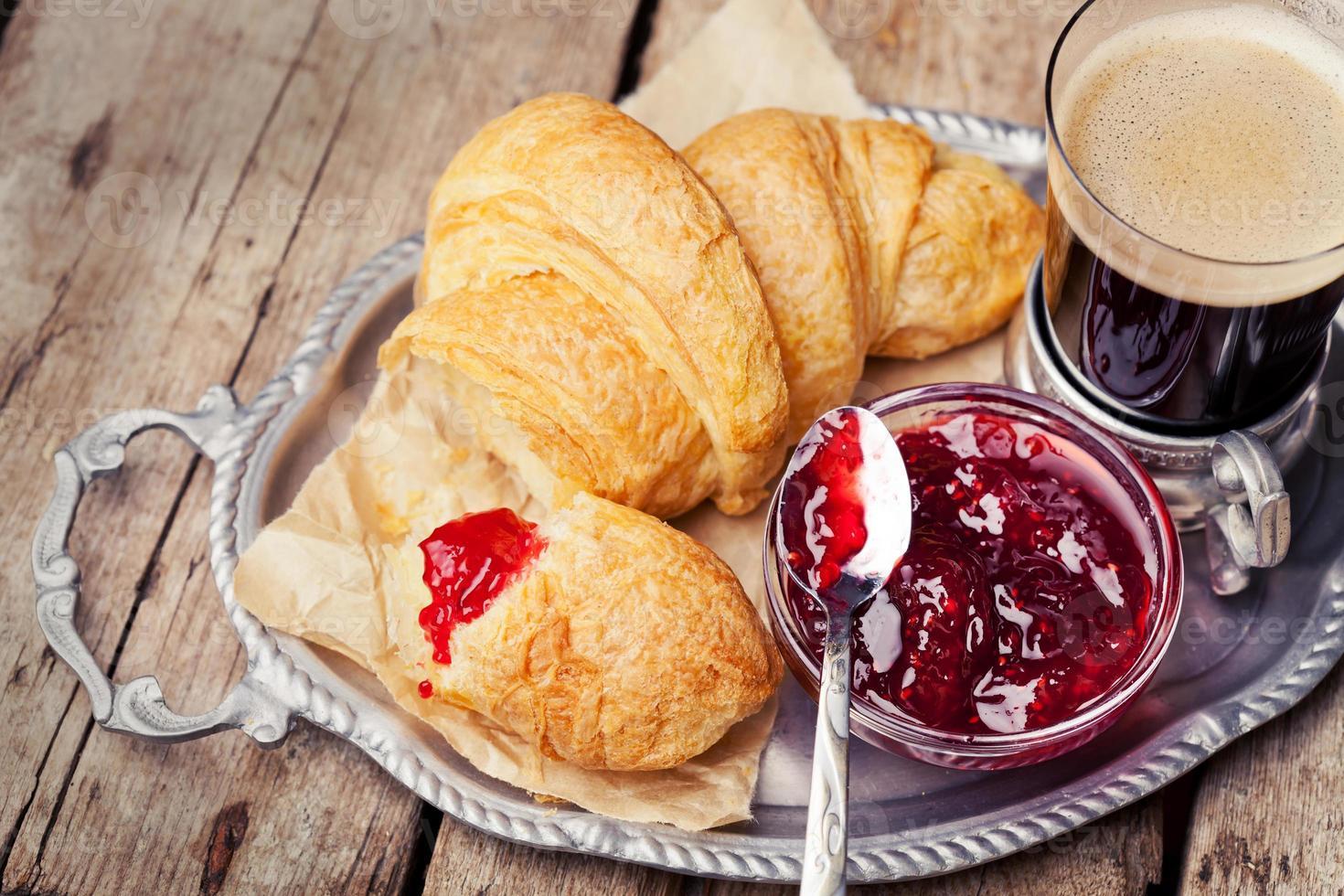 café et croissants photo
