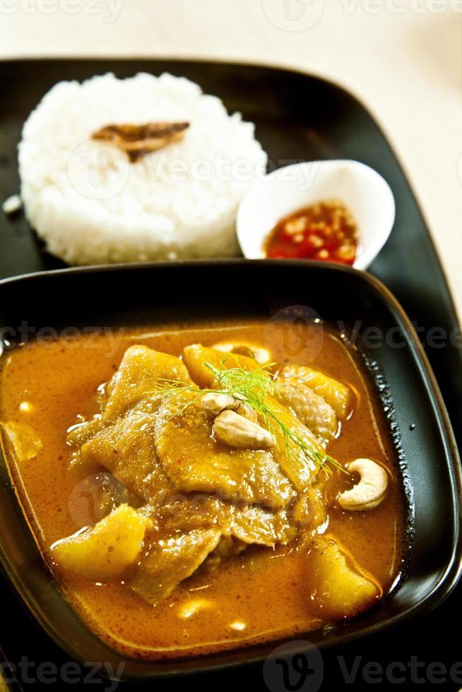 poulet au curry massaman, numéro 1 de la cuisine thaïlandaise photo