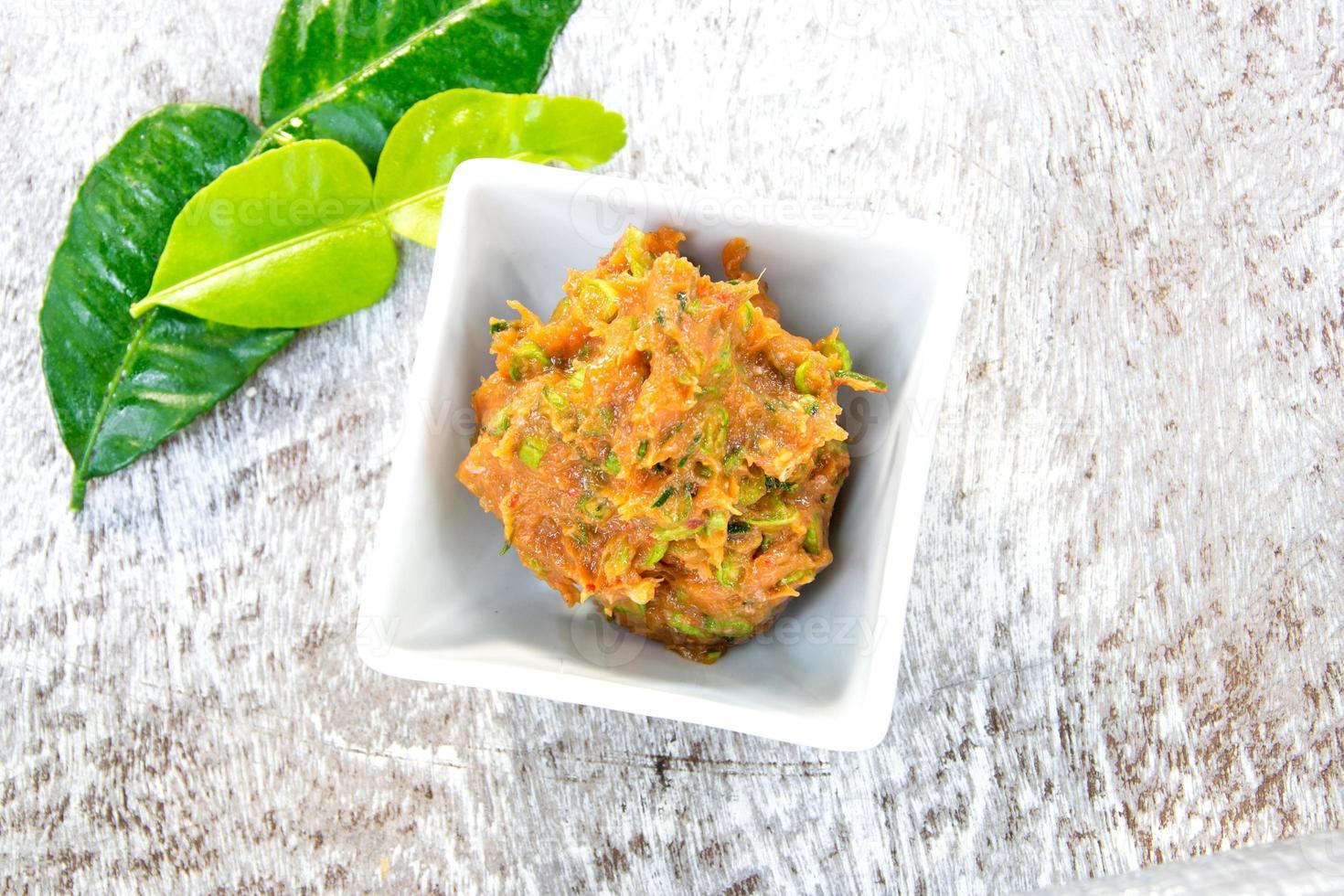 cuisine thaïlandaise, gâteau de poisson avec sauces photo