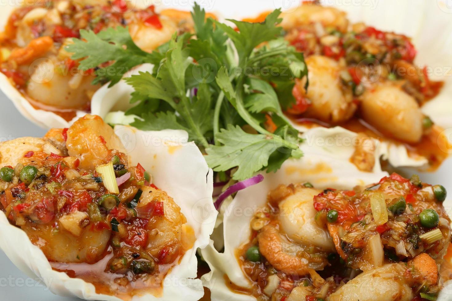 fruits de mer épicés frits sur une feuille de laitue photo