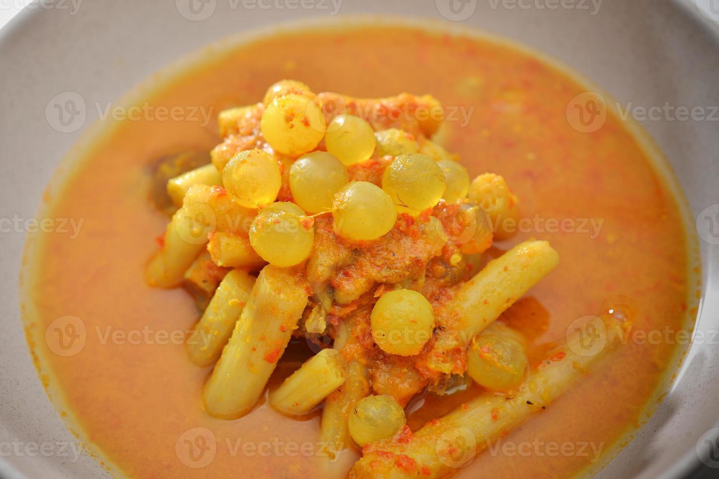 œuf épicé de poisson de mer et de curry de légumes de nombreuses épices photo