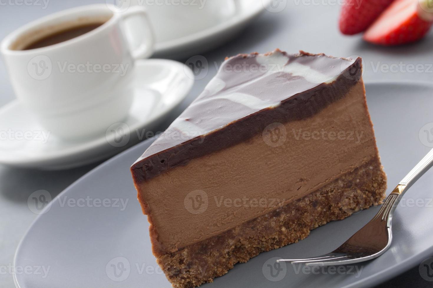 gâteau au fromage au chocolat avec trois sortes de chocolat. photo