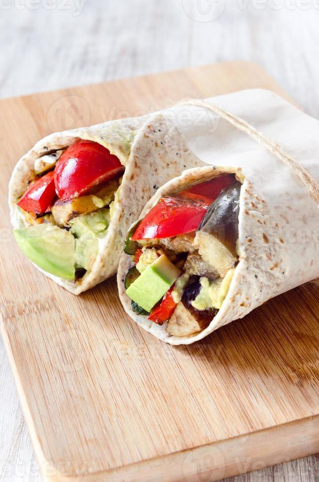 enveloppements de burrito sains avec des légumes grillés photo