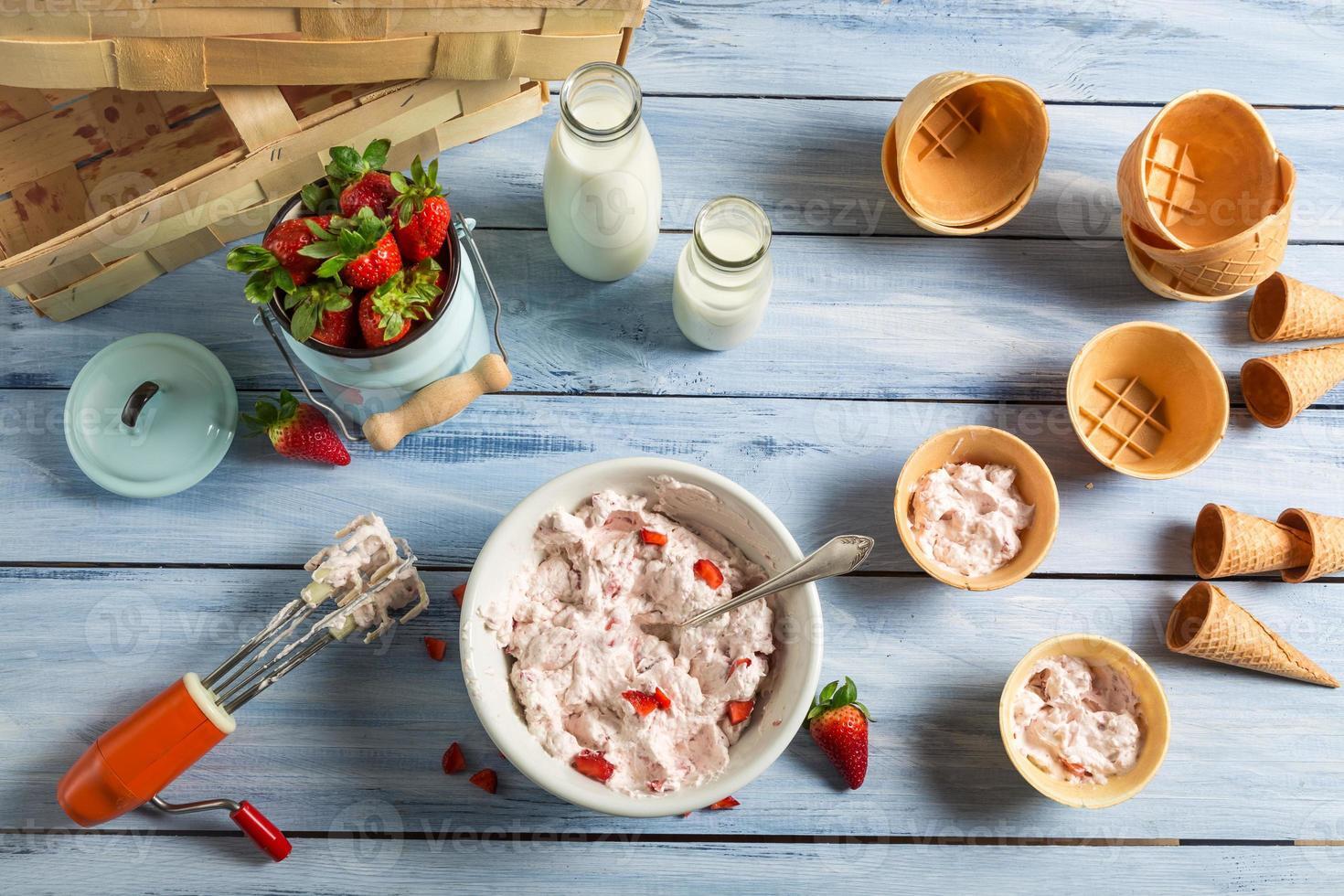 ligne de production maison de crème glacée aux fraises photo