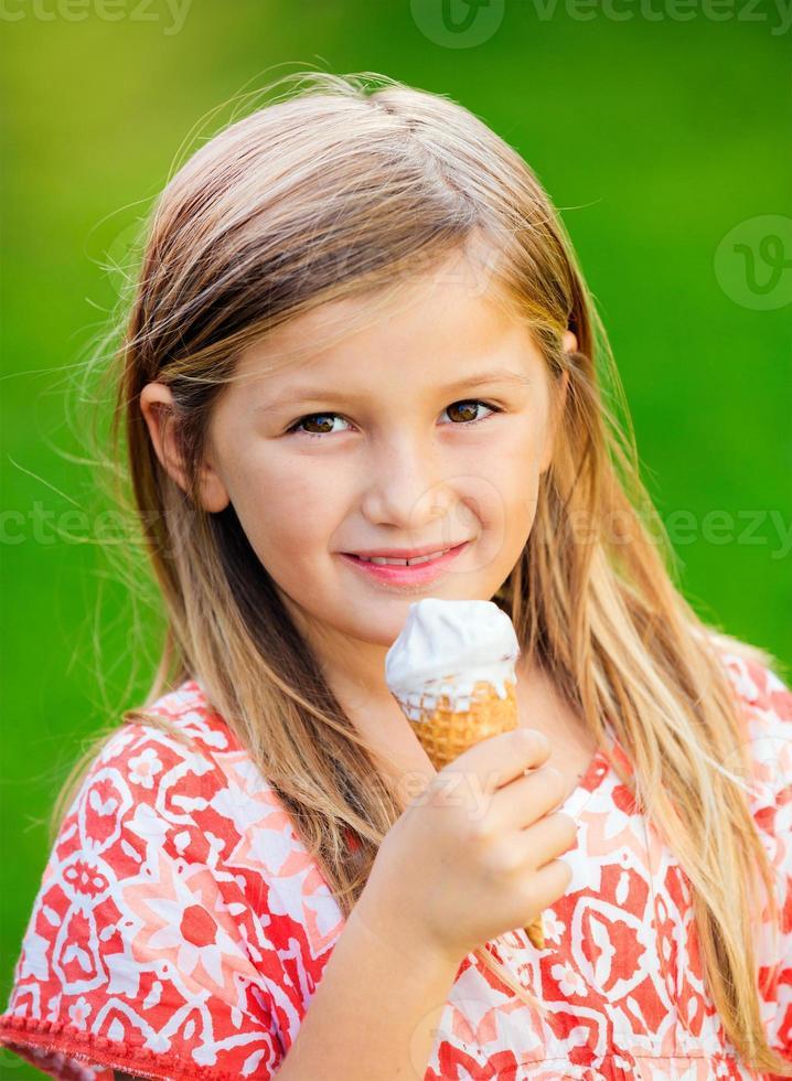 petite fille avec de la crème glacée photo