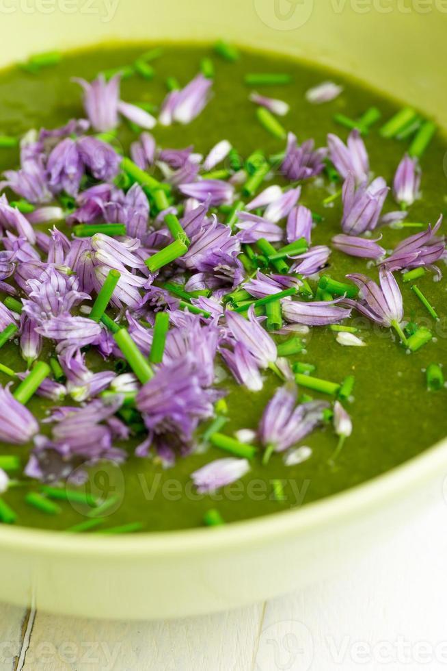 soupe à la bette à carde et à la crème de pommes de terre ciboulette hachée avec des fleurs photo
