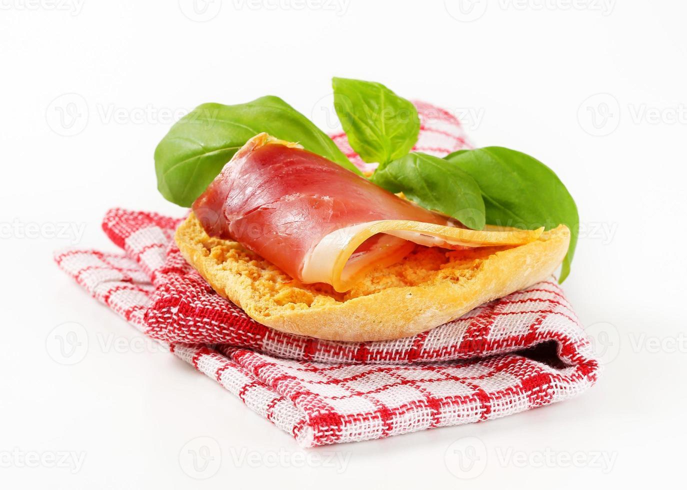 tranche de prosciutto sur pain croustillant photo