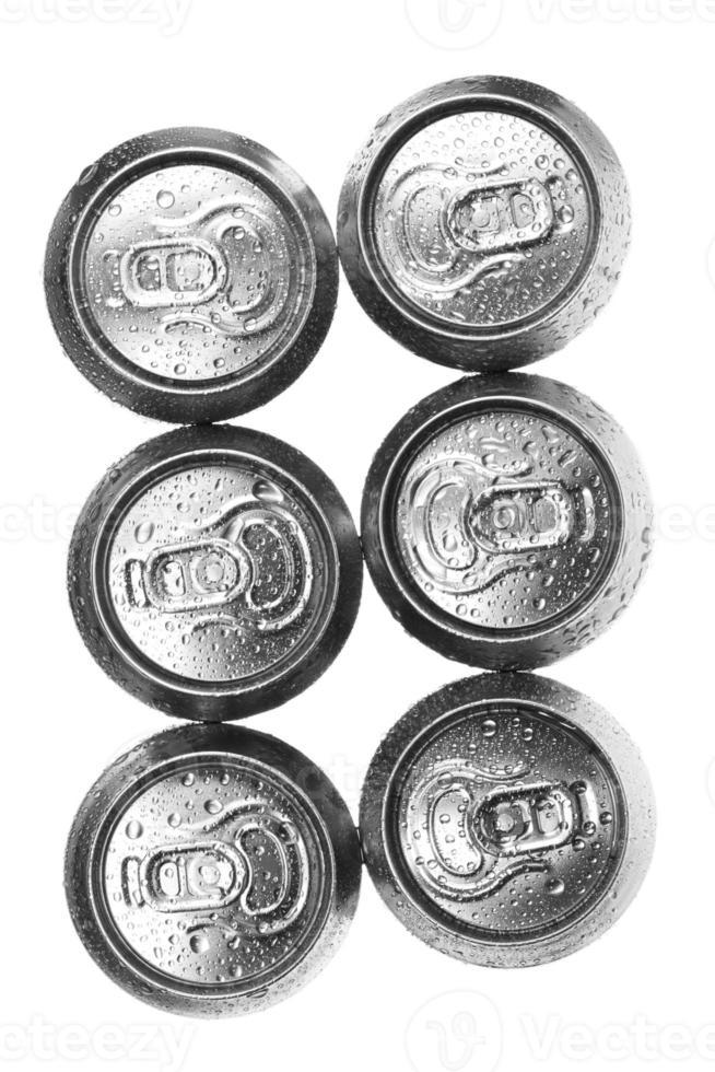 canettes de bière sur fond blanc, vue du haut photo