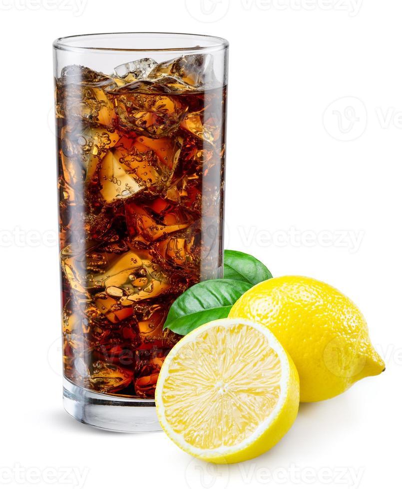 verre de cola au citron isolé sur blanc. photo