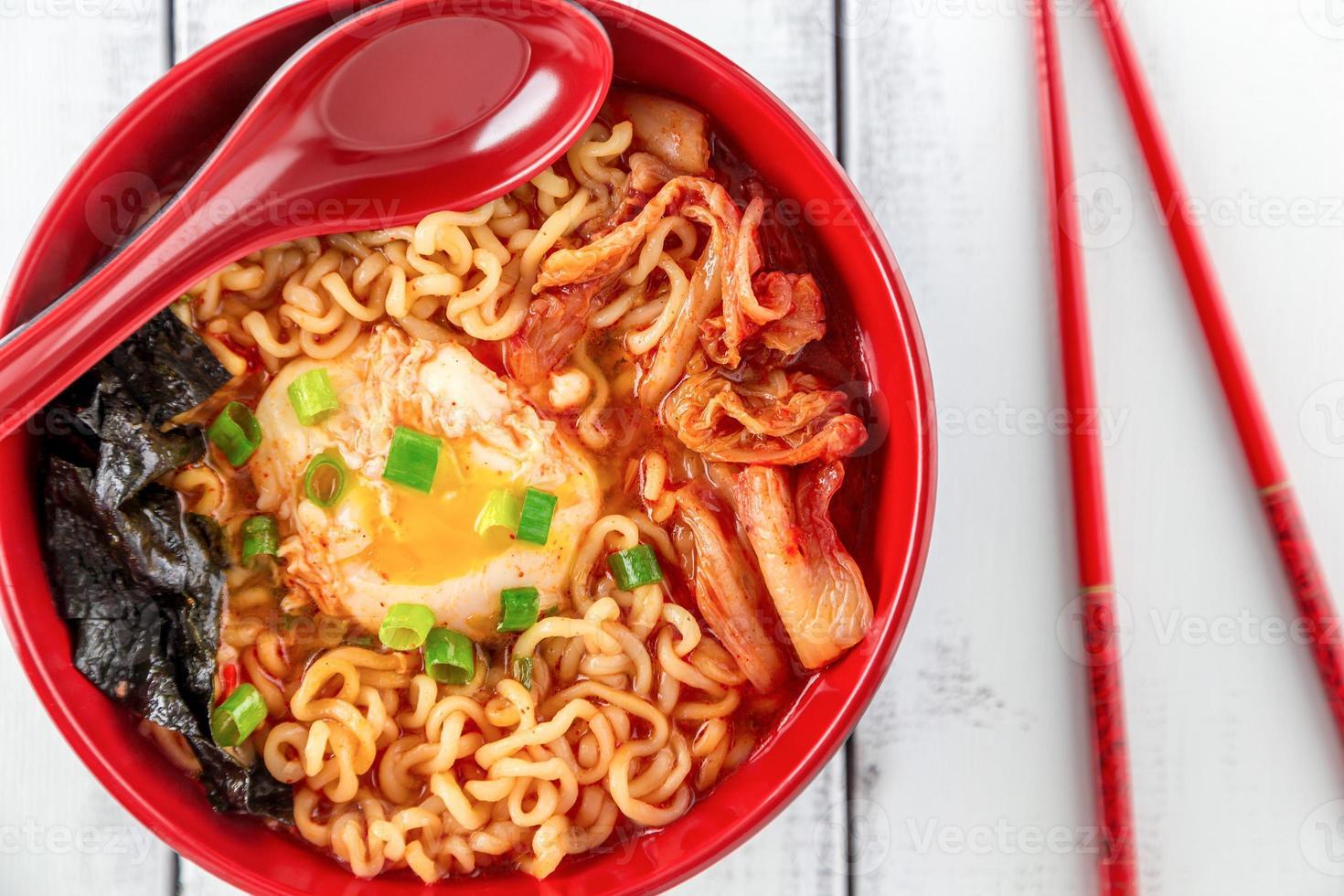 ramen coréen épicé avec oeuf photo