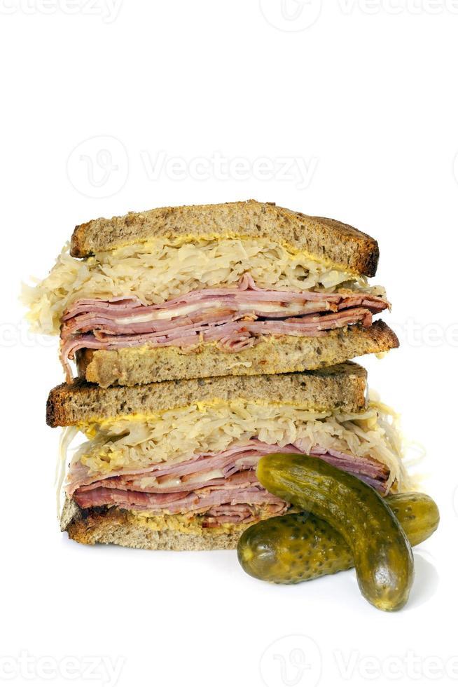 sandwich reuben isolé sur blanc photo