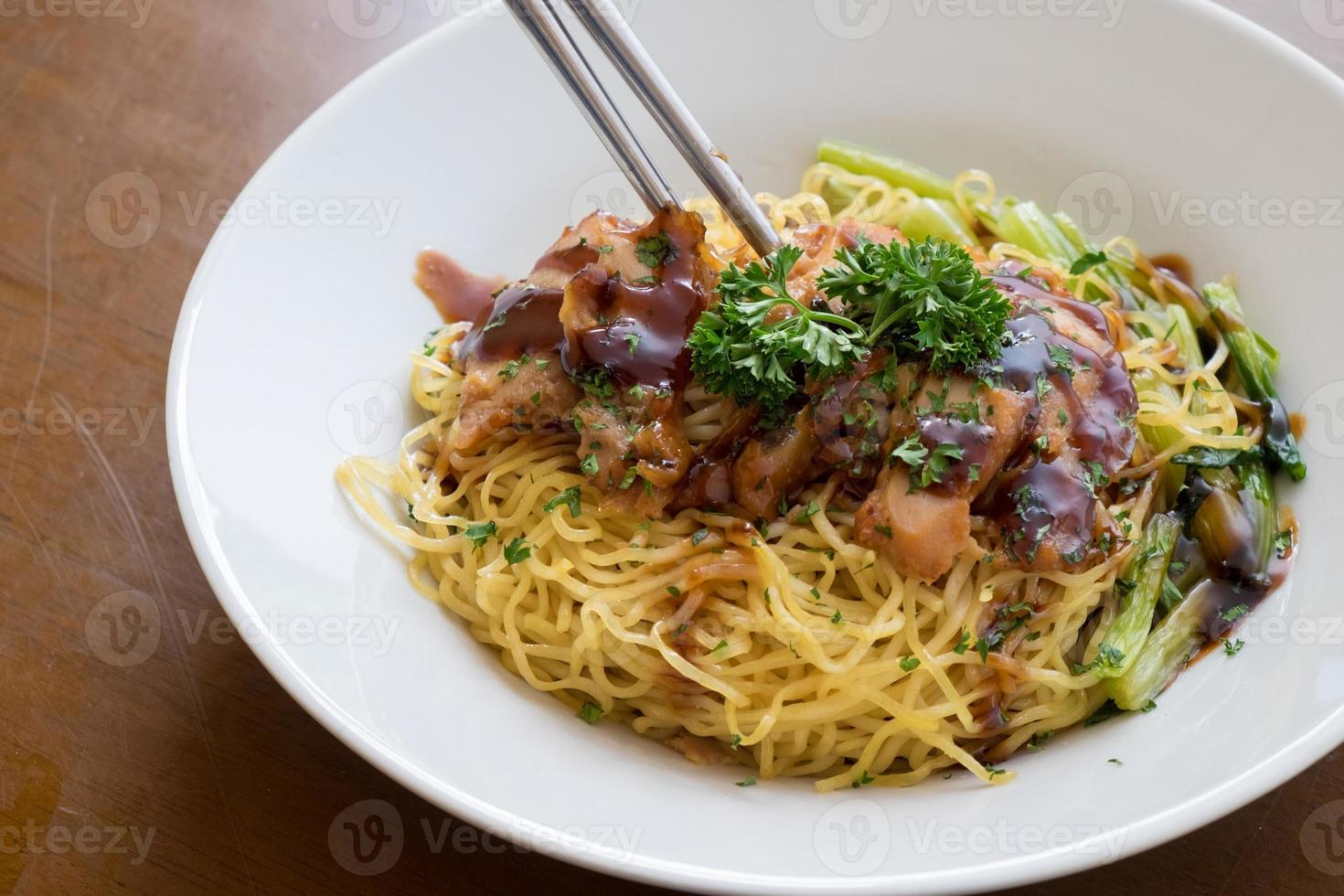 nouilles chinoises avec du porc rouge doux sur la table photo