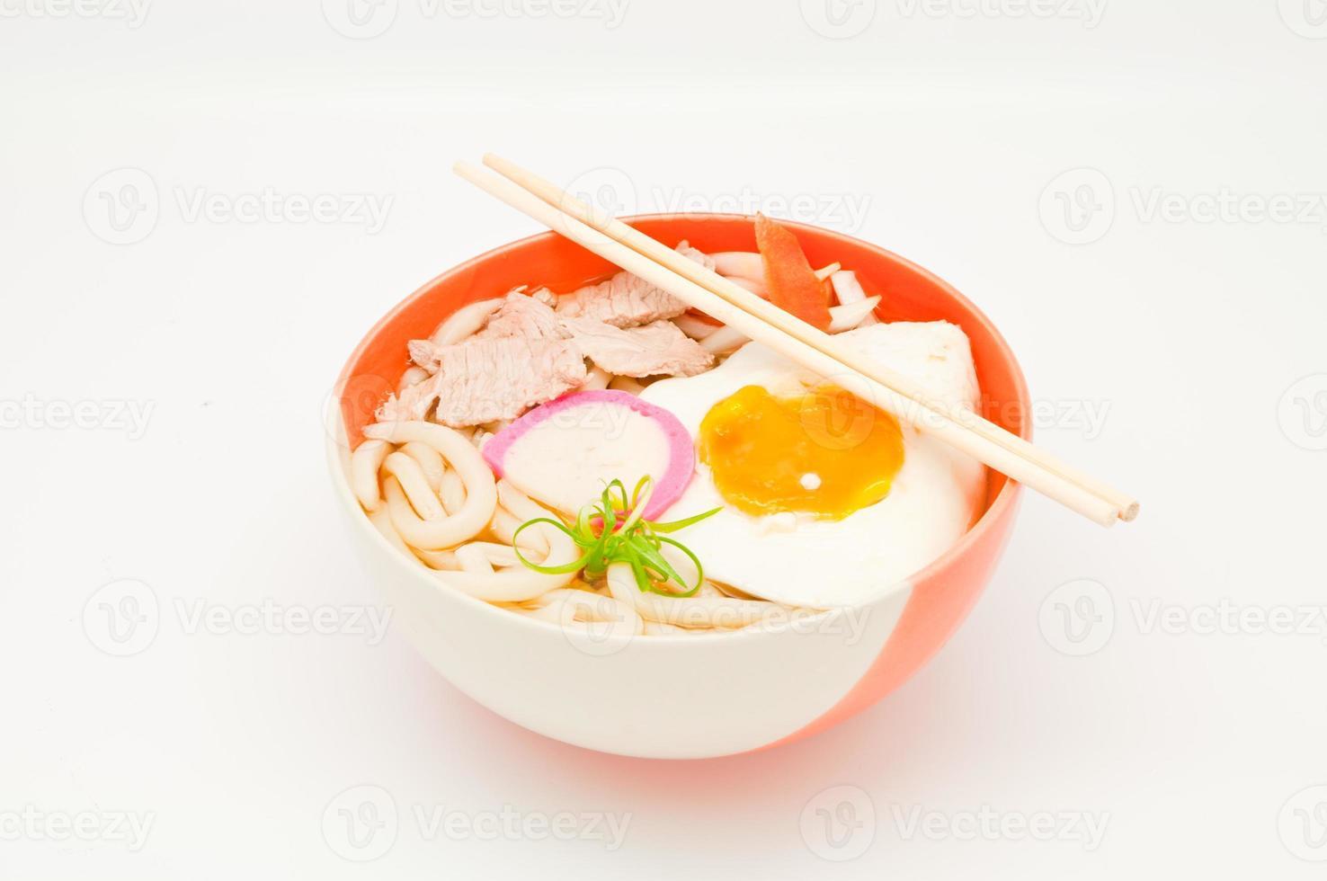 nouilles japonaises sur fond blanc photo