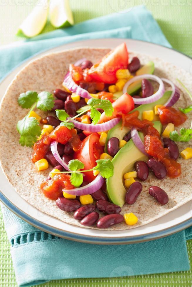 taco végétalien aux légumes, haricots rouges et salsa photo