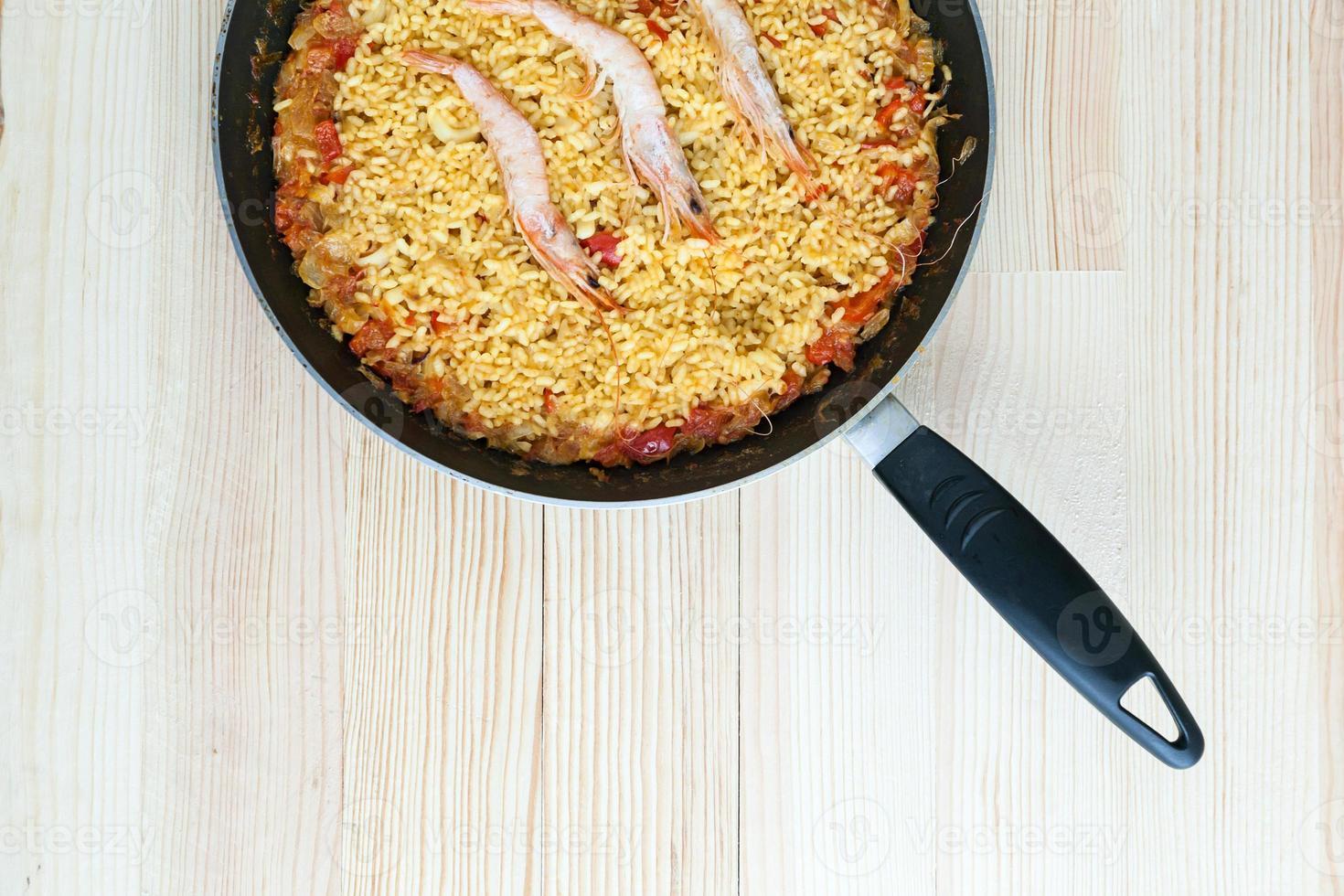 paella de riz aux crevettes et fruits de mer photo