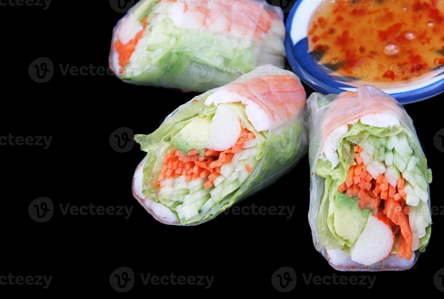 rouleau de salade et sauce chili photo