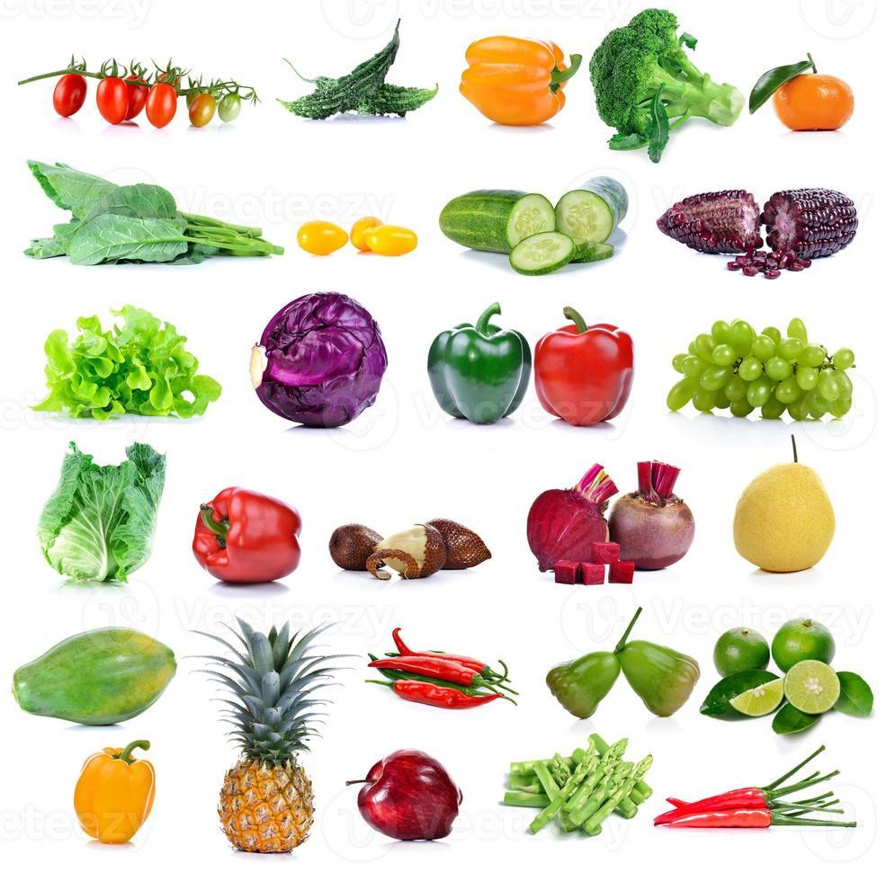 fruits et légumes isolés sur fond blanc photo