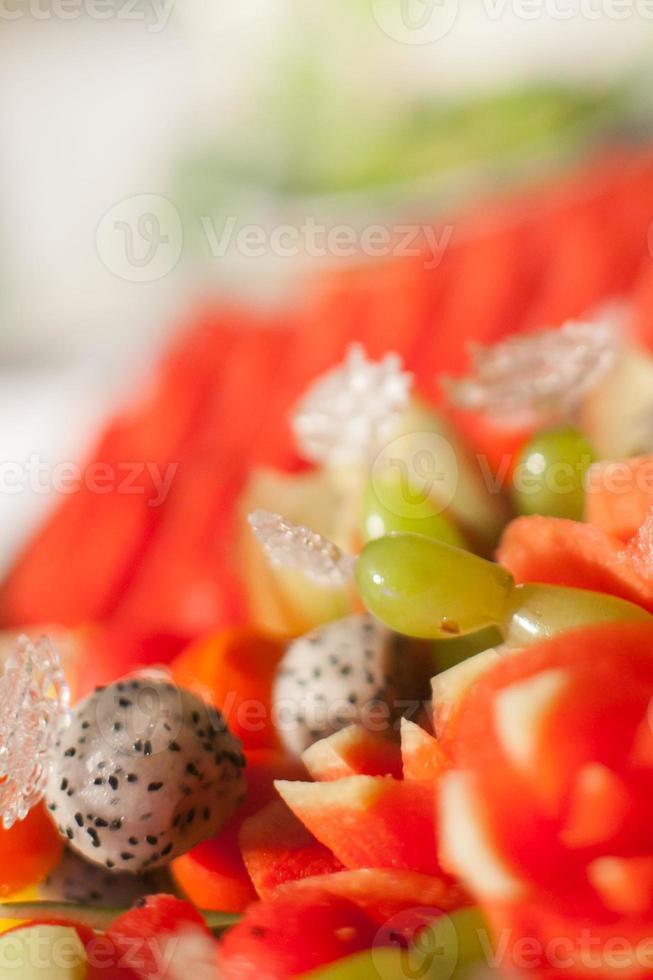 fruits assortis, pour le dîner de mariage photo