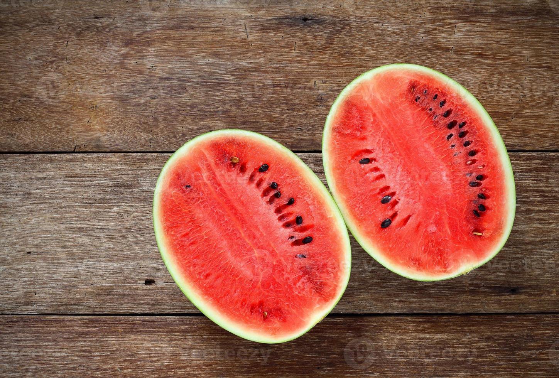 Melons d'eau douce sur fond de bois photo