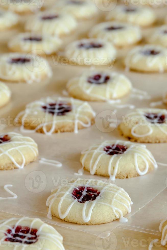 confection de cookies à l'empreinte de framboise photo