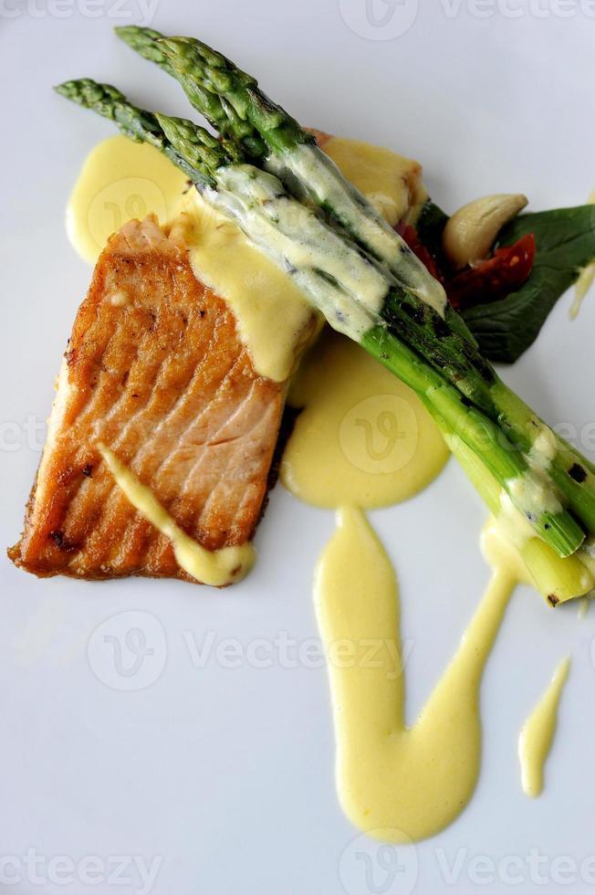 saumon cuit au four et asperges photo