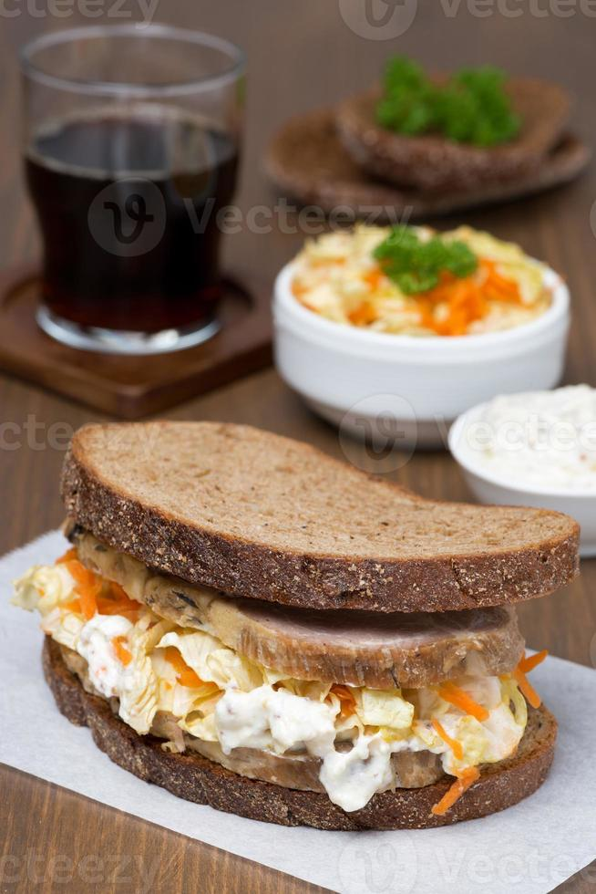 sandwich avec salade de chou et viande au four photo