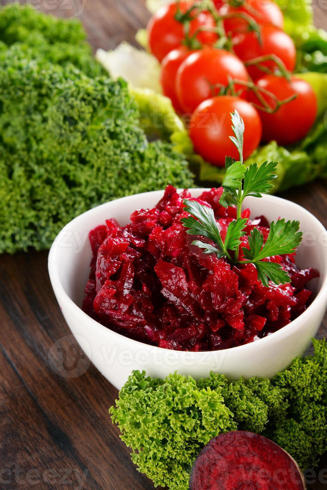 composition avec quatre bols à salade de légumes sur une table en bois photo