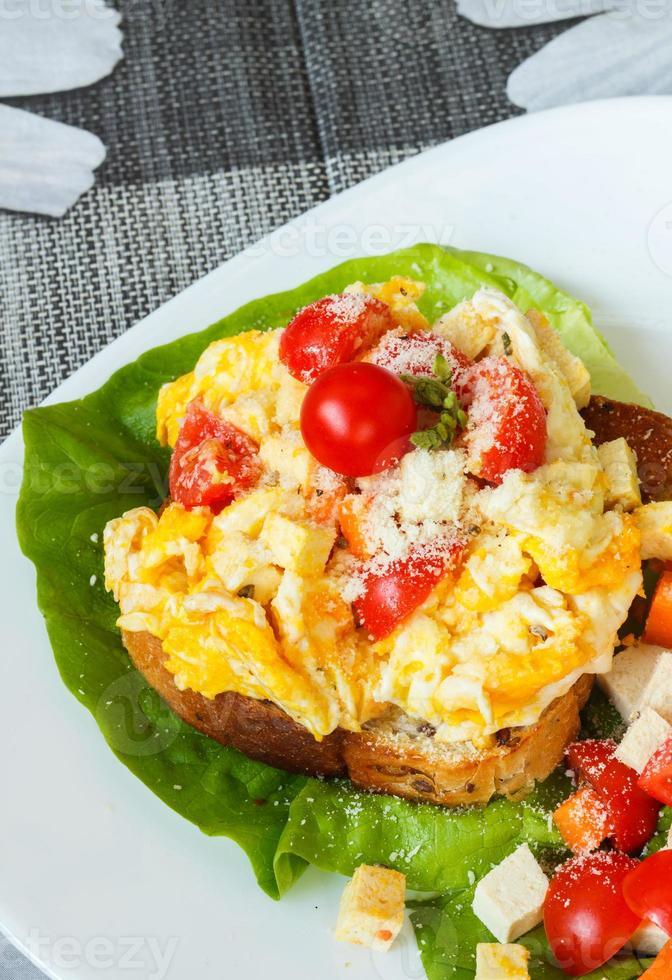 œuf brouillé avec tofu et légumes mélangés sur toast photo